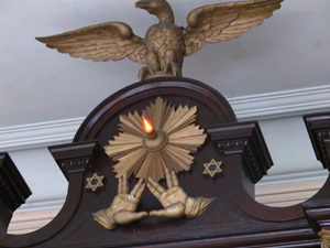 Vilna Shul symbols on alter