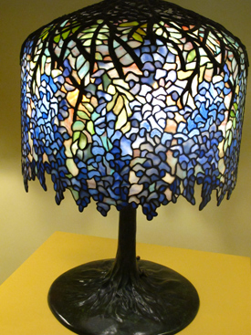 Dripping Wisteria comprise 1902 Tiffany lamp