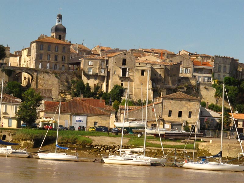 Historical buildings and churches from Garonne River